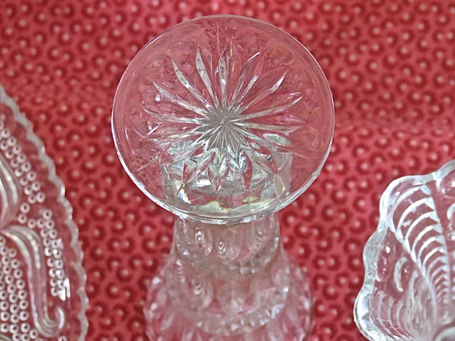 I used the bottom of this little cut glass flower vase to stamp these cookies.